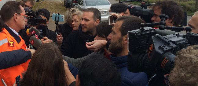 Stefan Oberlin, Mediensprecher der Kantonspolizei Zürich, stellt sich bei der An'Nur-Moschee den Fragen der Journalisten (Bild: RADIO TOP/Peter Hanselmann)