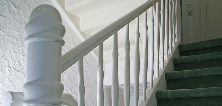 Der Mann stürzte im Treppenhaus eines Mehrfamilienhauses. (Symbolbild: pixelio.de/Rainer Sturm)