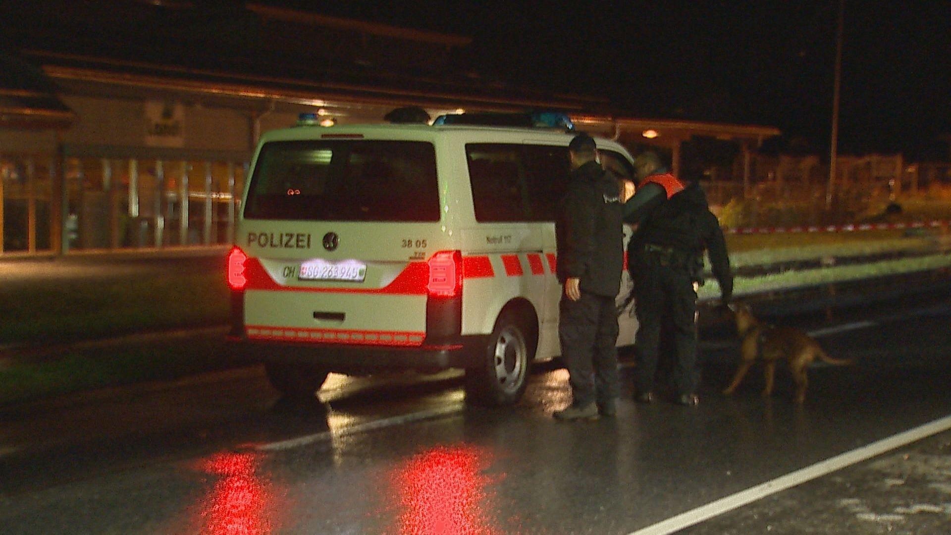Mann geht mit Axt auf Passanten los, mehrere Verletzte