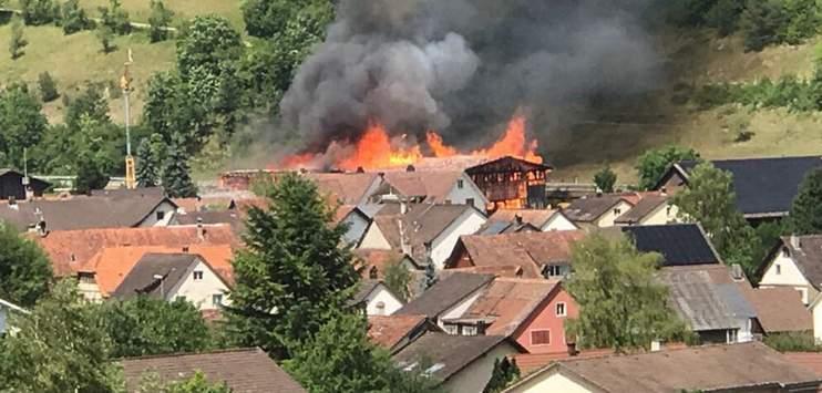 Eine Zimmerei in Merishausen brannte im Sommer 2017 lichterloh. (Bild: TOP-Reporter)