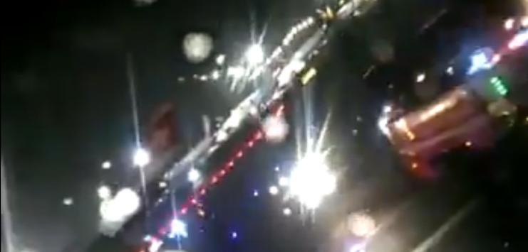 Die Feuerwehr kühlt die Bremsen des Flugzeugs (Bild: Screenshot twitter.com/AshuBme)