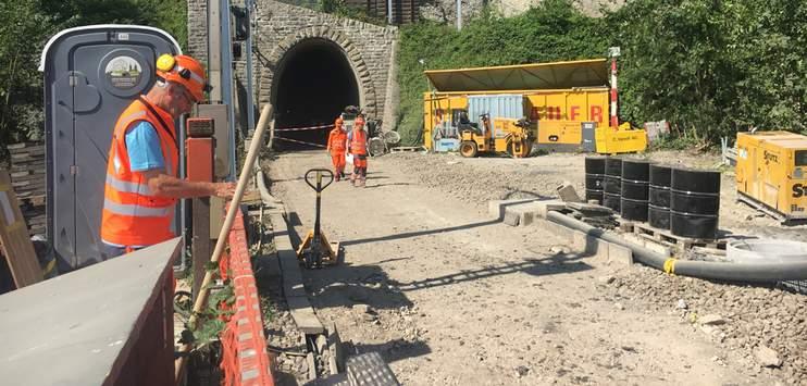 Das Gestein hinter der Tunnelwand muss durch Beton ersetzt werden. (Bild: RADIO TOP/Sofie Wirth)
