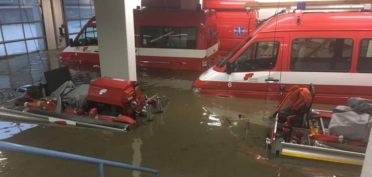 Der Regen hat letzten Freitag auch nicht vor dem Feuerwehrdepot in Frauenfeld Halt gemacht (Bild: TOP REPORTER)