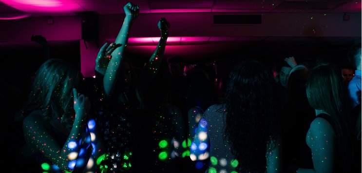 Das Tanzen, Trinken und Feiern in Bars und Clubs ist in der aktuellen Corona-Pandemie nicht mehr so leichtfüssig. (Symbolbild: pixabay.com/SnapShot)