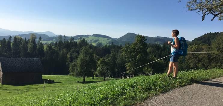 Corinne Wacker geniesst die wunderschöne Aussicht. (Bild: RADIO TOP / Zora Roth)