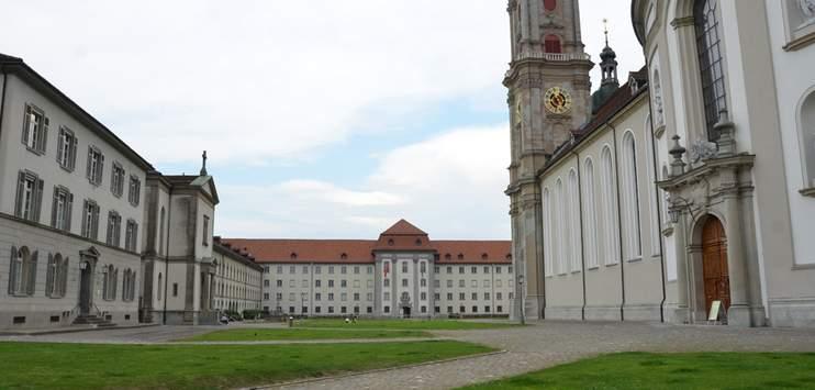 Die Stadtpolizei St.Gallen musste in der Nacht von Freitag auf Samstag den Klosterplatz räumen. (Bild: RADIO TOP/Marija Lepir)