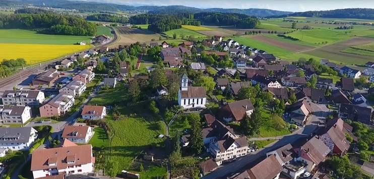 Die Bevölkerung soll am 29. November noch einmal über den Namen der neuen Gemeinde im Zürcher Weinland abstimmen dürfen.(Screenshot: Youtube.com/Brigitte Huggel)