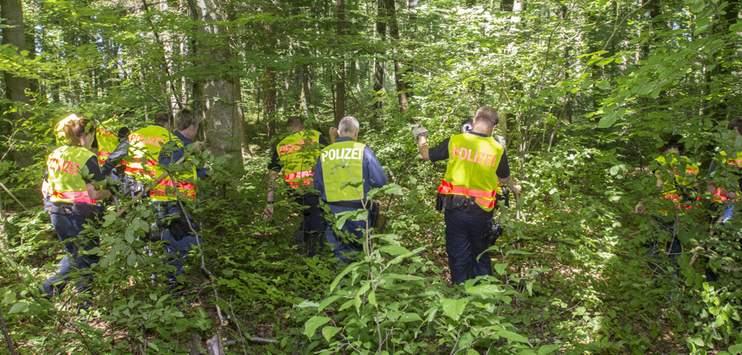 Einsatzkräfte der Kantonspolizei Thurgau durchsuchten das Waldstück nach Hinweisen (Bild: Kantonspolizei Thurgau)