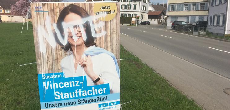 Diverse Wahlplakate der St.Galler Ständeratskandidatin Susanne Vincenz-Stauffacher wurden mutwillig verschmiert. (Bild: FDP St.Gallen)