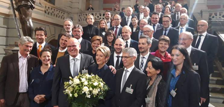 Karin Keller-Sutter am Tag ihrer Wahl in den Bundesrat mit ihrer Familie und einer Delegation aus dem Kanton St.Gallen (Bild: Raphael Wallimann / RADIO TOP)
