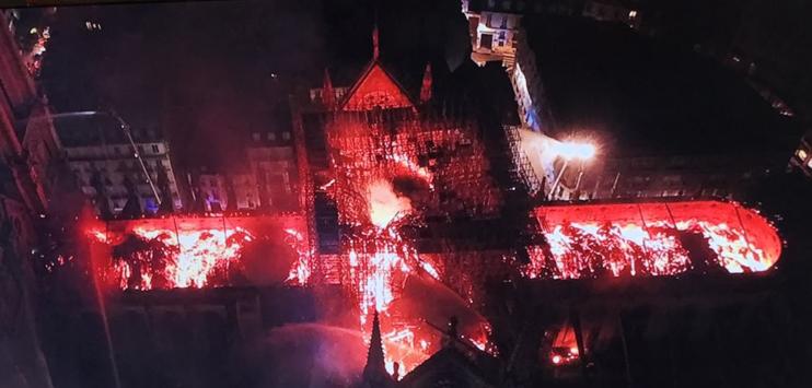 So sieht der Brand in der Kathedrale aus der Luft aus. (Bild: twitter.com/@TwitReinhard)