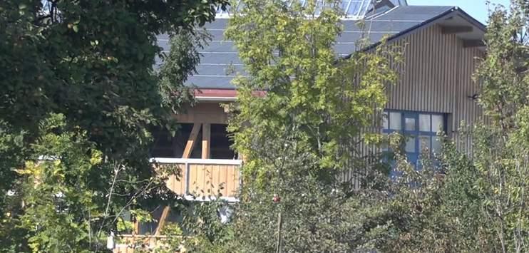 Dieser Hof steht im Zentrum des Nachbarschaftsstreits (Bild: Screenshot TELE TOP)