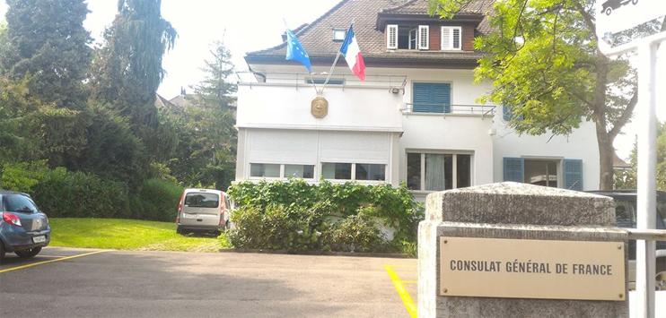 In Zürich haben Sympathisanten der französischen «gilets jaunes» vor dem französischen Konsulat ein Diplomatenauto angezündet (Bild: facebook.com/Consulat général de France à Zurich)