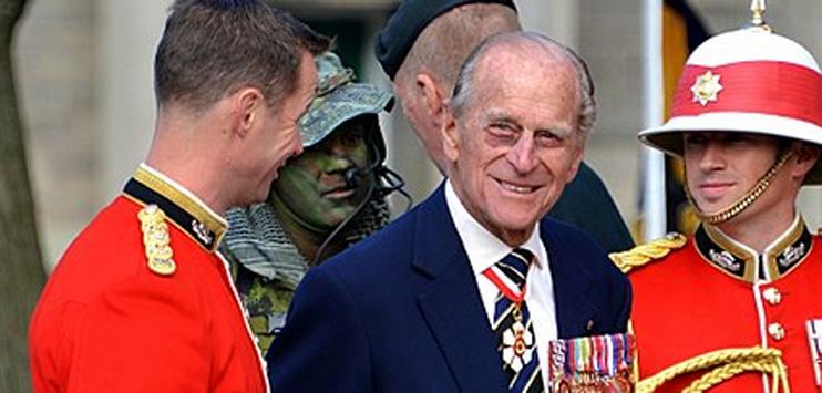 Prinz Philip (m.) gibt mit 97 freiwillig den Führerschein ab (Bild: Wikipedia.org/Jamie McCaffrey unter Creative Commons)
