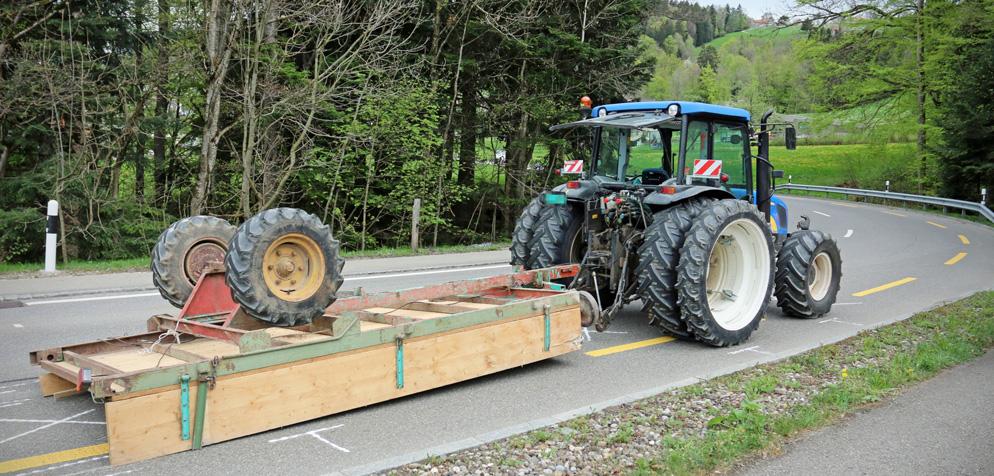 traktoranhänger mit beton gekippt  totalschaden an auto