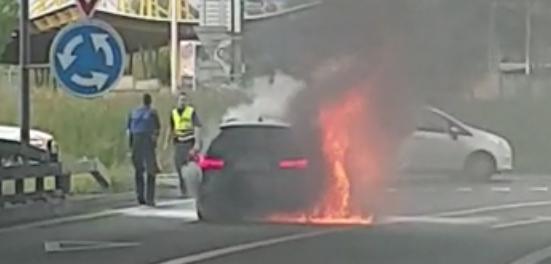 In Kreuzlingen hat am Abend ein Auto Feuer gefangen. (Bild: TOP REPORTER)