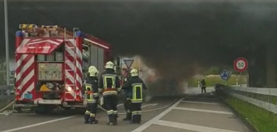 Bis die Feuerwehr eintraf, war das Auto schon komplett ausgebrannt. (Bild: TOP REPORTER)