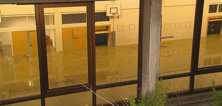 Die Reutenen-Turnhalle in Frauenfeld stand komplett unter Wasser. (Bild: Beat Kälin/brknews.ch)