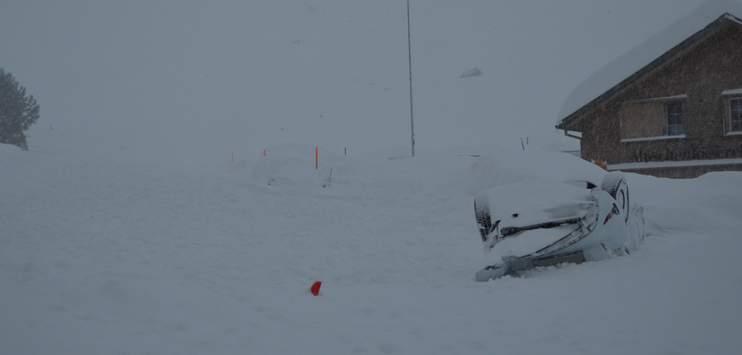 Die Lawine hat auch mehrere Autos verschüttet. (Bild: Kantonspolizei Appenzell Ausserrhoden)