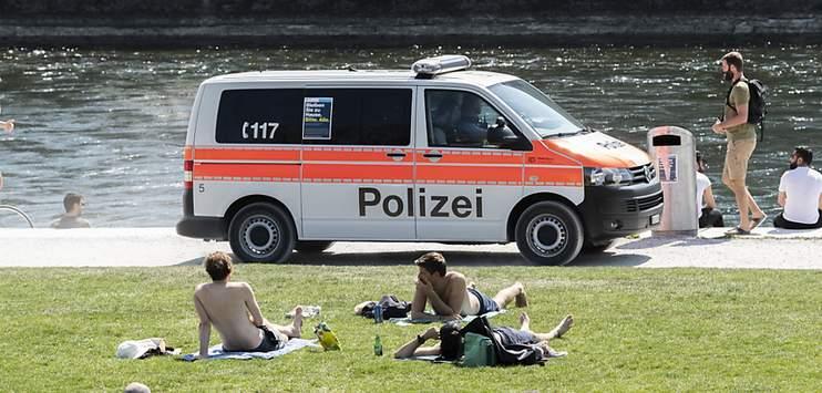 Die Stadtpolizei Zürich musste wegen Verstössen gegen die Corona-Massnahmen mehrmals ausrücken. (Archivbild: KEYSTONE/ENNIO LEANZA)